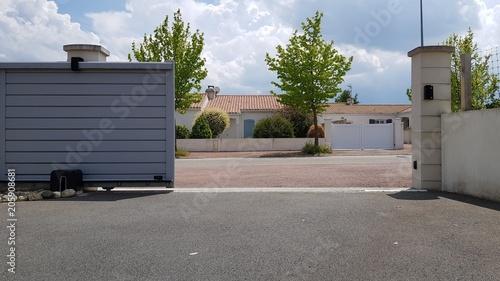 Photo  portail ouvert d'entrée de maison
