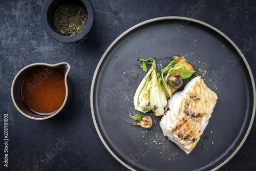 Gebratenes Thai Kabeljau Fisch Filet mit Pak Choi und Pilzen als Draufsicht auf einem Teller