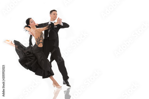 Fotografia ballroom dance couple in a dance pose isolated on white