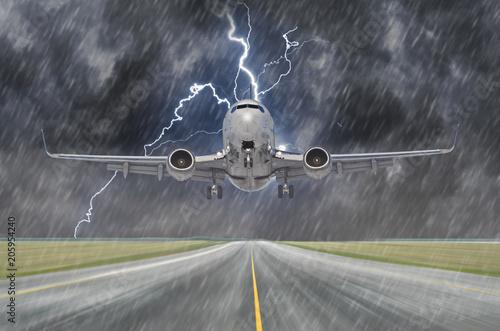 Błyskawica podczas burzy i ulewnego deszczu na lotnisku podczas lądowania.