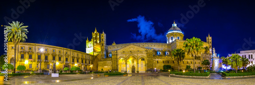 Photo sur Aluminium Palerme Night view of the cathedral of Palermo, Sicily, Italy