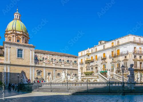 La pose en embrasure Palerme The pretoria fountain in Palermo, Sicily, Italy