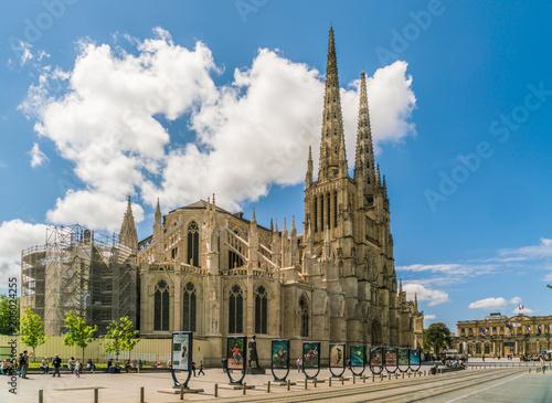 Photo Bordeaux, France, 9 may 2018 - tourist passing the Famous Cathédrale Saint-André