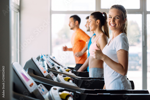 Láminas  Picture of people running on treadmill in gym