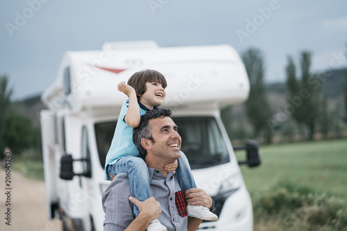 Canvas-taulu Father and son with the holiday caravan