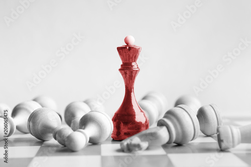 Fotografía  Black chess queen beats whites on chessboard