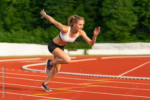 Carta da parati Läufer in Beschleunigung zum Sprint auf der Tartan Bahn