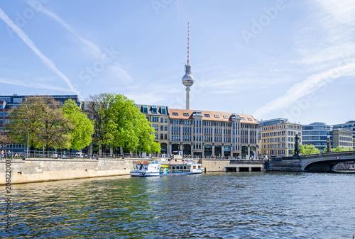 Zdjęcie XXL Spreeufer z budynkiem wydziału teologicznego, wieżą telewizyjną i mostem Friedrichs w Berlinie