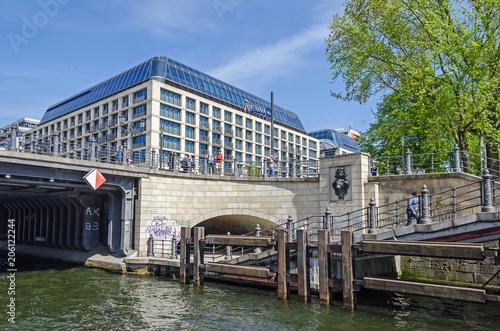 Zdjęcie XXL Widok z rzeki Szprewy na most Liebknecht i hotel Radisson