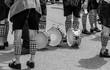 Trommler haben ihre Trommeln auf den Boden gestellt