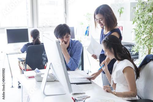 会議に集中している三人の会社員たち