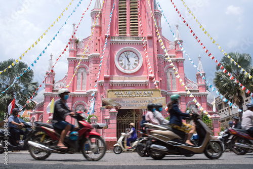 Spoed Foto op Canvas Asia land Motorcycles and Pink Catholic Church in Saigon, Vietnam ホーチミンのタンディン教会とバイク群