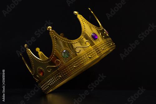 Valokuvatapetti corona ora re regina fondo nero