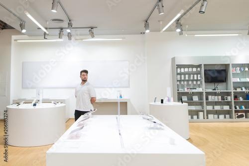 Fotografía  Man walks on a light modern technology store
