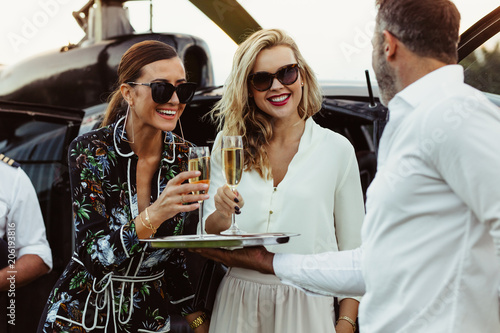Fotografía  Man greets female friends with wine