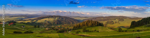 Foto auf Leinwand Gebirge Pieniny Panorama with a view of the Tatras at sunrise.