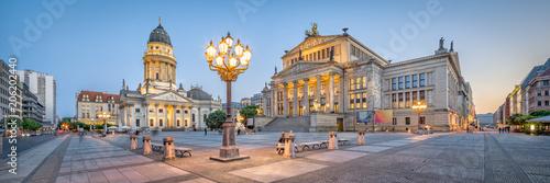 Obraz premium Sala koncertowa i niemiecka katedra na Gendarmenmarkt w Berlinie