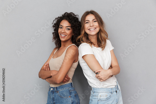 Fotografía  Portrait of two cheerful young women standing together