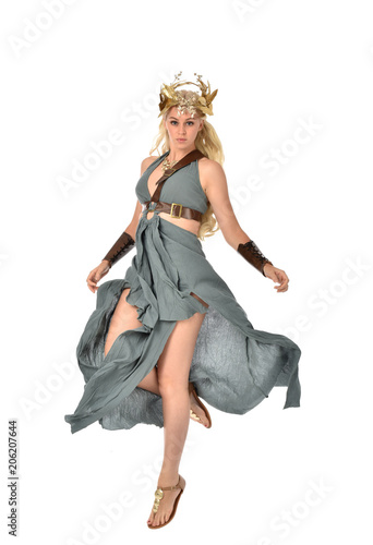 Fotografia full length portrait of pretty blonde lady wearing fantasy toga gown,  and holding a bow and arrow
