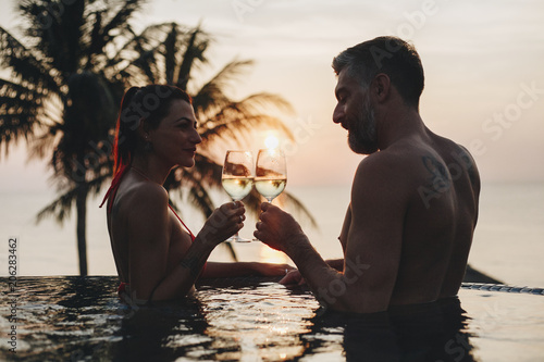 Fotobehang Wintersporten Couple enjoying a romantic sunset