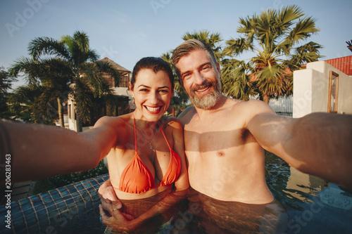 Fotobehang Wintersporten Couple taking a selfie in a pool