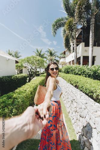 Fotobehang Wintersporten Husband following his wife on a vacation