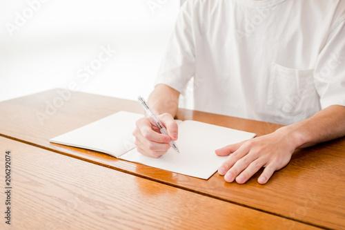 Fototapeta ノートに書く男性