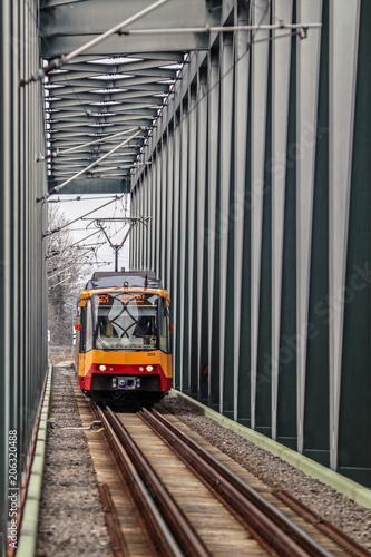 Straßenbahn auf der Brücke