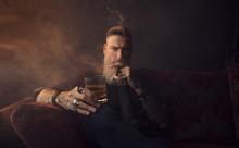 Portrait Eines Attraktiven Geschäftsmannes Mit Einer Zigarre Und Einem Glas Whisky In Einem Dunklen Zimmer