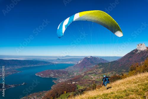 Photo envol parapente à Annecy au dessus du lac depuis la Forclaz