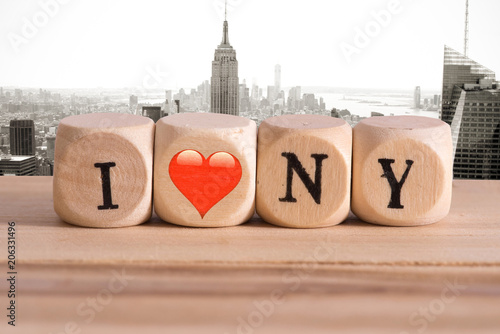 Fotografía  Panorama von New York und Slogan I love New York gemacht aus Holzbuchstaben