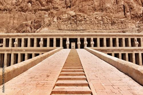 Fotomural Le temple d'Hatchepsout sur le site de Deir el-Bahari en Egypte