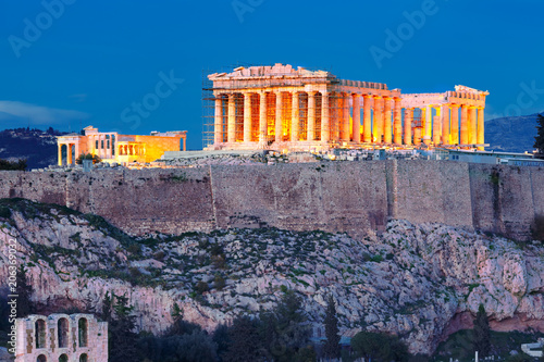 Plakat Widok z lotu ptaka Akropolu Wzgorza, koronowany z Partenonu podczas wieczornej, niebieskiej godziny w Atenach, Grecja