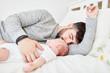 Vater und kleines Baby schlafen friedlich