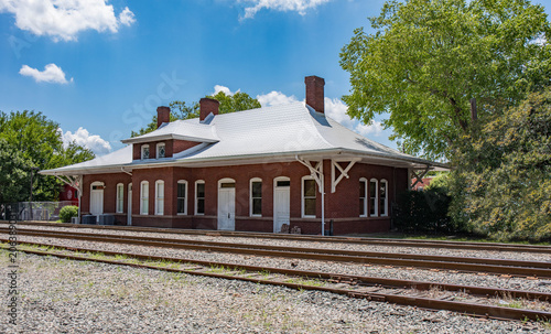 Photo An old historical railroad station in Apex, North Carolina