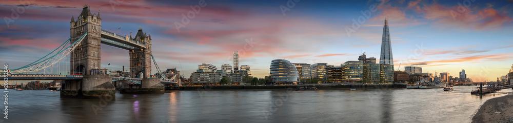 Weites Panorama von der Tower Bridge bis zum Tower of London bei Sonnenuntergang, Großbritannien