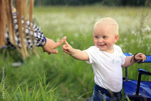Fototapeta Mała dziewczynka bawi się z matką na łące. obraz
