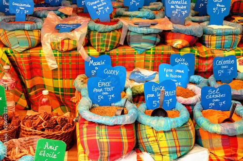 La pose en embrasure Graine, aromate Epices créoles des Antilles sur un marche en Guadeloupe