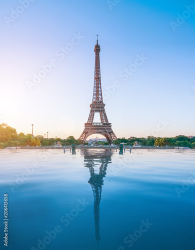 The eiffel tower in Paris at sunrise morning Fototapete