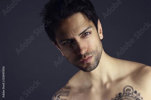 Valokuva  magnifique homme brun posant torse nu