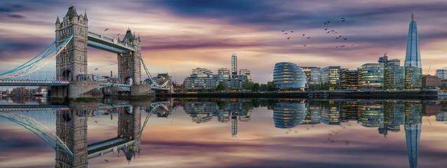 Panorama der Skyline von London nach Sonnenuntergang: die Tower Bridge und die Themse