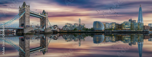 Poster Londres Panorama der Skyline von London nach Sonnenuntergang: die Tower Bridge und die Themse