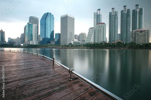 Keuken foto achterwand Bangkok les gratte-ciels de bangkok qui se reflètent sur un lac