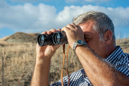 Cuadros en Lienzo Man birdwatching