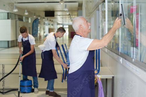Fotografija janitors cleaning on the hallway