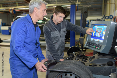Photo student with instructor repairing a car during apprenticeship