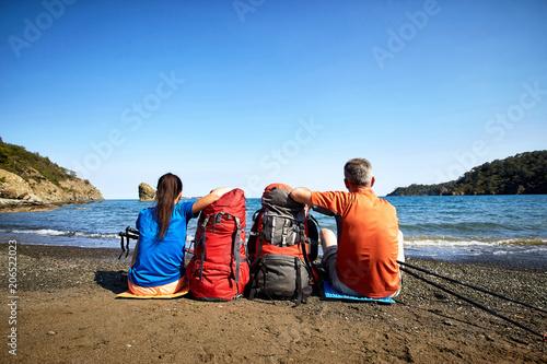 In de dag Kamperen Adventure trek along the coast with a backpack in the summer.