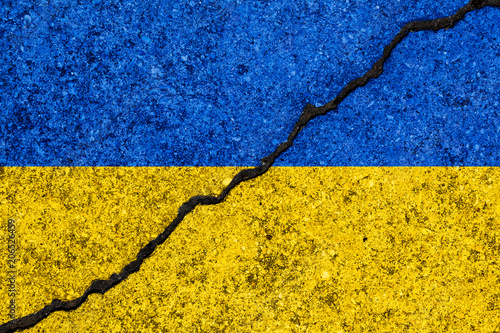 Photo Flag of Ukraine painted on cracked wall background/Ukrainian civil war concept