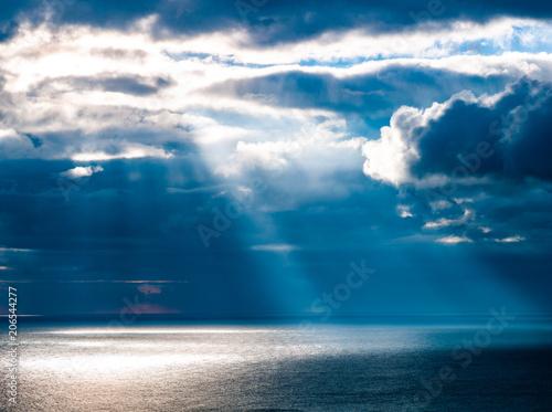 天使の梯子と海