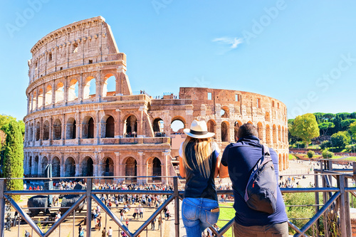 Fotografie, Tablou Young couple at Colosseum in Rome